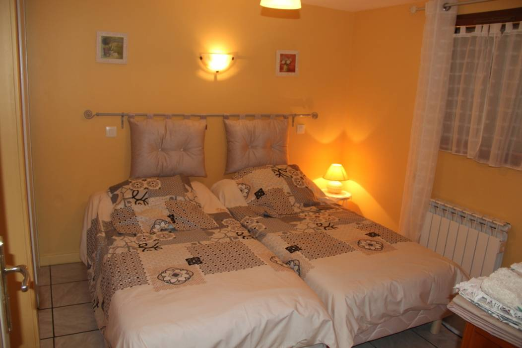 gite-planchat-sourzac-chambre-orange (1)
